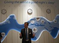 Hilding Anders Kommunikationsleiter Daniel Oelker beim Rundgang im Good Night's Sleeplab / Foto: © Sascha Brenning - Hotelier.de