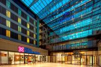 Hilton und Hilton Garden Inn Exterior Atrium