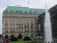 Adlon Berlin: 382 Zimmer bedeuten 382 Hotelbetten, 764 Nachttische, 1146 Stühle, 382 Schreibtische etc., allein auf den Hotelzimmern. Bildquelle Sasche Brenning