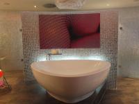 Hier läßt es sich arbeiten: Freistehende Badewanne in der Suite Berlin, Berlin / Foto © Sascha Brenning - Hotelier.de