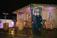 Alexander Egger und Kathrin Wickenhäuser, Vorstände Wickenhäuser & Egger AG, vor der Almhütte auf der Dachterrasse des Hotel Cristals