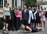 Generaldirektor Eduard M. Singer mit Mitarbeitern / Bildquelle: Hotel Hessischer Hof