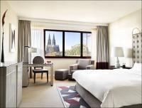 Blick von einem Rheinblick Zimmer auf die Hohenzollernbrücke und den Kölner Dom