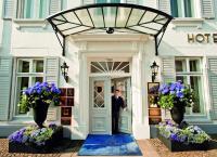 Hotel Louis C. Jacob Eingang mit Page