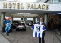 Hoteldirektor Michael Frenzel mit einem Trikot von Hertha BSC Berlin / Bildquelle: Hotel Palace Berlin