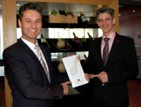 Axel Schmiedeke (re.) und Michael Klinger präsentieren die aktuelle Karte mit den Grands Vins Mercure
