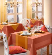 AMBIENTE in Leinenrot mit Tischläufer in Curry / Bildquelle: Hotelwäsche Erwin Müller