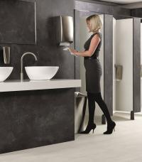 Die hochwertigen Edelstahl-Spender der Reflection-Serie setzen edle Design-Akzente im Waschraum / Bildquelle: Beide Rentokil Initial©
