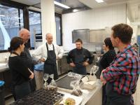 Beim Pralinen machen* im InterContinental Berchtesgaden Resort: mit Michael Stahl, Chef-Pâtissier (dritter von links) und Ulrich Heimann, 1-Sterne-Koch (vierter von links); Bildquelle Sascha Brenning Hotelier.de