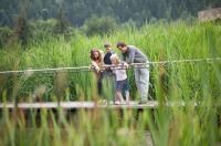 Familie am Teich des Luxushotels / Bildquelle: InterContinental Berchtesgaden