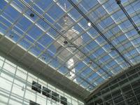 Blick vom Übergang von Halle A1 zu A4 auf den Fernsehturm / Bildquelle: Sascha Brenning