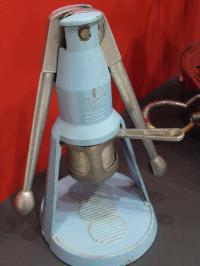 Finden bestimmt nicht nur Frauen süß: Die kleine Crema Espresso Maschine 'baby faemina' der gleichnamigen Firma (heute 'Gruppo Cimbali S.p.A ') sorgte in den 50ern für Kaffeegenuss