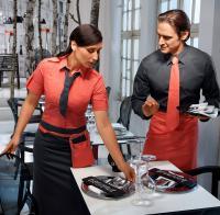 Krawatte BO und Schürze BOTERO in Coral setzen auffällige Akzente zum Grafit des Hemds BRUCE / Bildquelle: Alle Jobeline