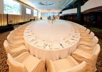 Größte Tischdecke der Welt / Copyright beide KAECHELE GmbH und Hotel Adlon Kempinski Berlin