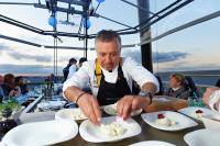Dinner in the Sky über den Dächern von Wien. © JJ De Neyer/ Triptyque