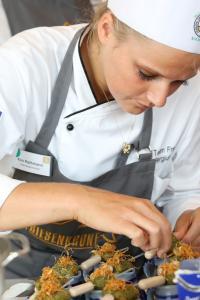 Kim Rathmann mit dem Frankfurter Suppenshot - eine Sauerkraut Cremesuppe mit Matjespraline und einer Rauchessenz). Bildquelle Friesenkrone