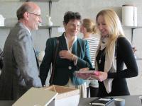 Sheila Rietscher (rechts) mit deutschem Botschafter und Frau bei Porzellanausstellung der Reykjavik School of Visual Arts in Island