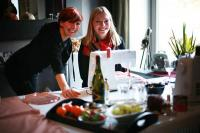 Die Gewinnerin (im Bild links) mit ihrer Freundin / Bildquelle: Alle KAHLA/Thüringen Porzellan GmbH