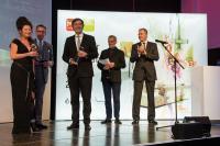 Ausgezeichnet: Im Rahmen der imm cologne nahmen Nicole Roesler (links), Leitung Marketing bei Kaldewei, sowie Martin Dunisch (Mitte), Leiter Produktmanagement bei Kaldewei, den interior innovation award entgegen / Bildquelle: Franz Kaldewei GmbH & Co. KG