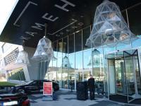Eingangsbereich des Kameha Grand Bonn mit den einladenden Glockenleuchten