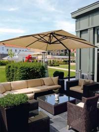 Open-Air-Hotspot mitten in der Altstadt: die Lounge-Terrasse im 3000 Quadratmeter großen Park.