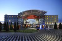 Außenansicht des Kempinski Hotel Airport München,  zugleich Gastgeber für den Volkswagen Doppelpass / Bildquelle: Kempinski Hotels