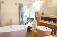 Gemütlichkeit pur mit antiker Waschtisch-Kommode und frei stehender Badewanne
