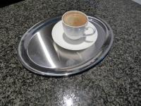 Espresso auf einem Edelstahltablett von Cilio, die kleine Kaffeeschale und Untertasse ist von Villeroy & Boch; Bildquelle Hotelier.de