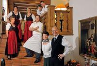 Das Team des Landhotels Donner (hier ein Teil der Mannschaft) sorgt dafür, dass im Haus die gute Laune nicht zu kurz kommt