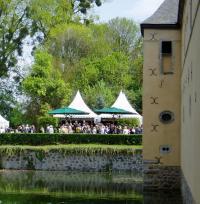 Das L & D A la carte Restaurant mit 110 Sitzplätzen am Wassergraben der Burg Adendorf (Foto: L & D)