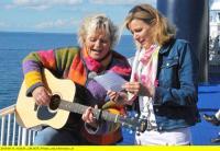 Lene Krämer stimmt Heike Götz auf der Überfahrt auf dem Belt auf dänische Lebensart ein - Bild: NDR/Ulrich Koglin