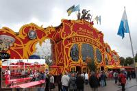 Ganz besonders windstabil ist die Markisen-Sonderanfertigung für das Hippodrom auf dem Münchener Oktoberfest
