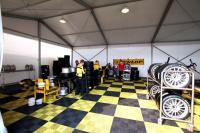 Zeltinnenleben mit Profil: Auch Reifenhersteller Dunlop hatte seine Box / Bildquelle: Losberger GmbH