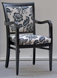 Das hellgrau-schwarze Polster des Stuhlsessels Louis betont die Eleganz