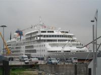 Auch hier gibt es gute Jobs: MS Europa vor Anker in Hamburg / Bildquelle: Sascha Brenning - Hotelier.de