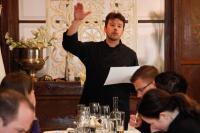 Marco Neubauer erklärt den Gästen seine Kreationen, Bildquelle factum-pr.com