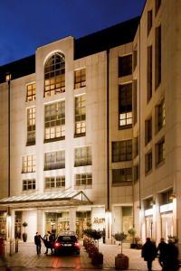 Marriott Hotel Hamburg Aussenansicht - beste Lage in Hamburg: von dem 4 **** Haus  kann man bequem ausschärmen und die Hamburger City entdecken, Bildquelle Liebl PR