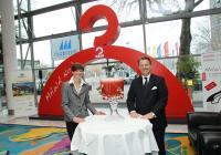 Michaela Schenk von Mawa und Horst Mayer vom Maritim Hotel Frankfurt stoßen mit dem größten