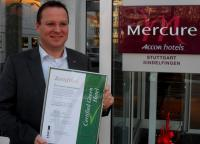 "Hoteldirektor Arjan Wilbers mit der Urkunde ""Certified Green Hotel"""