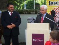 Bildunterschrift: Oberbürgermeister Dieter Thalhammer (rechts) bedankt sich in seiner Rede für das soziale Engagement von Hoteldirektor Emmanuil Kakulakis für Freisinger Vereine.