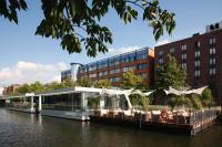 """Schwimmende Eventlocation """"Kai 10"""" auf dem Hamburger Mittelkanal vor dem Mercure Hotel Hamburg City"""
