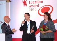 """Bernd Mensing bedankt sich mit Anett Breitsprecher, Veranstaltungsleiterin """"Kai 10"""", bei Moderator Stephan Pregizer (links) für den 1. Platz beim Location Award. (Foto: BILDSCHÖN GmbH)"""