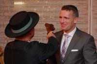 Paul Fourrichon ernennt Daniel Braun zum Compagnon de Beaujolais / Bildquelle: Accor Hospitality Germany GmbH