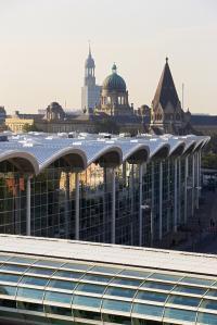 Messe Hamburg Blick über die Dächer Hamburgs, im Hintergrund der Michel; Bildquelle HMC / H.G. Esch, Ingenhoven Architects (HMCEI)