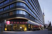 Das Ramada Hotel Berlin Alexanderplatz bei Abend / Bildquelle: Micros-Fidelio GmbH