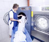 Mindestens zehnmal täglich schaltet Hotel-Mitarbeiterin Adele Meyerhöfer die Miele-Maschinen ein. Der Trockner auf der linken Seite arbeitet besonders kostengünstig, weil seine Prozessluft durch das heiße Wasser des BHWK's erwärmt wird / Fotos: Miele