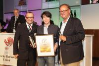 BU: v.l.n.r.: Ulf Neuhaus (Präsident Deutsche Barkeeper-Union e.V.), Heiko Tagawa (Diageo Deutschland GmbH) und Christian H. Rosenberg (Herausgeber DRINKS Magazin)