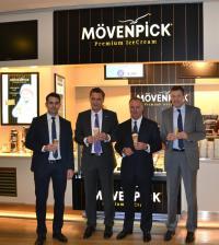 Marc Geissler, Frank Pfeiffer, Karlheinz Rummenigge und Andreas Jung (v.l.n.r.) genießen ein erstes Eis im neuen Mövenpick Premium Ice Cream Shop