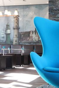 Modernes Design in erfischendem Türkis: Motel One Lounge Rostock; Bildquelle LMG Management GmbH für One Hotels & Resorts AG