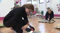 Mrs. Sporty-Geschäftsführerin Valerie Bönström (li.) undercover als Praktikantin Christine Seidel mit Clubmanagerin Kathrin Bretzke (c) RTL
